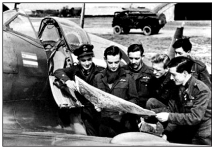 Geoffrey Page (second from left), briefing pilots before the first operational sortie into Germany. (From the book)